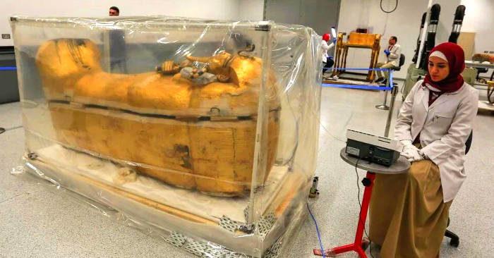 Dopo 3300 anni il sarcofago di Tutankhamon ha lasciato la sua tomba per la prima volta. Ecco le foto
