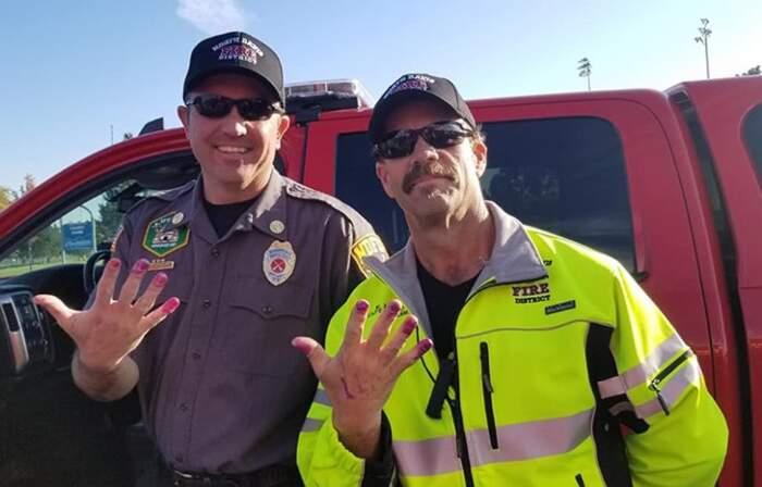 Pompieri si fanno mettere lo smalto alle unghie da una bambina per distrarla da un incidente