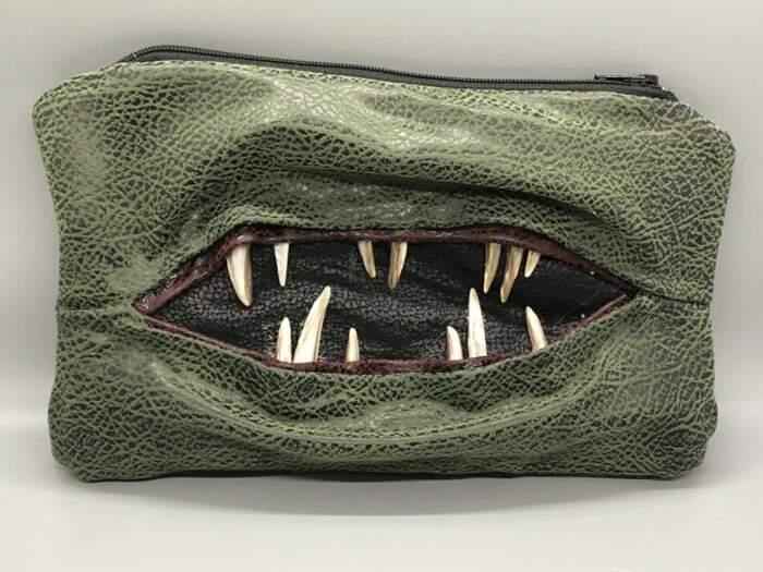 Borse e pochette rese meravigliosamente inquietanti da draghi e mostri