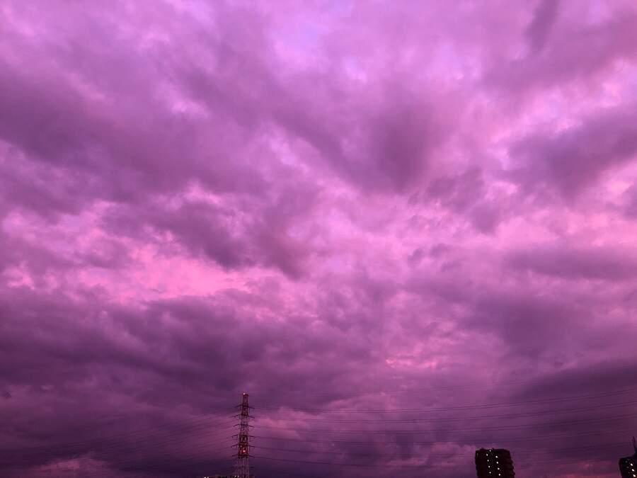 Il cielo è diventato viola poche ore prima che il tifone Hagibis ha colpito il Giappone
