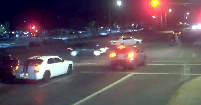 Donna si schianta contro l'auto di un ubriaco e salva coppia a passeggio con neonato