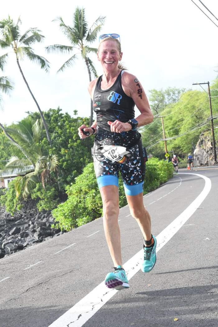 Questa donna ha imparato a nuotare a 50 anni, ora ne ha 73 ed è una campionessa di triathlon
