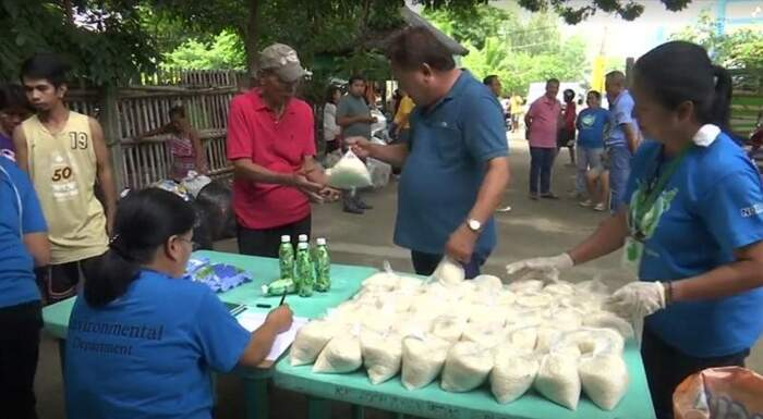Barattare rifiuti con riso, la trovata per combattere l'inquinamento da plastica nelle Filippine