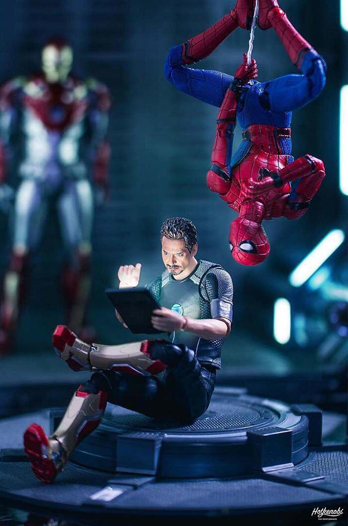Foto con action figure supereroi hotkenobi