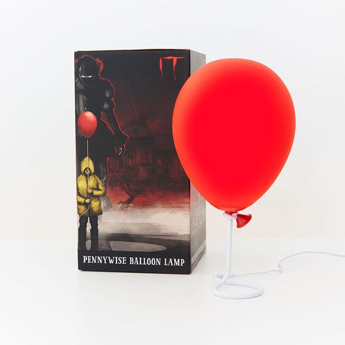 "Una lampada a forma di palloncino di Pennywise dal film ""IT"""