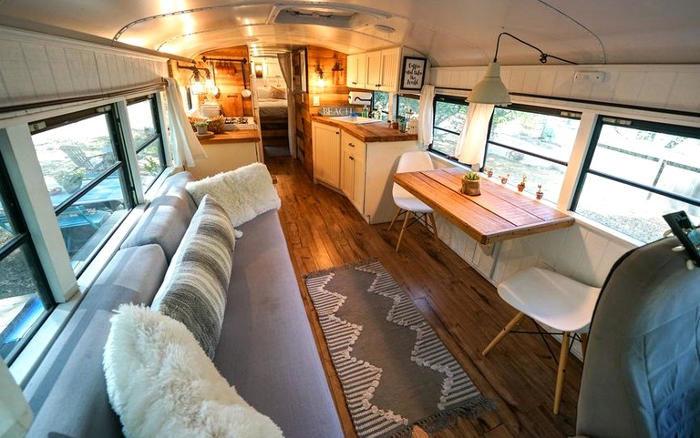 Uno scuolabus convertito in una bellissima mini casa, per un campeggio di lusso
