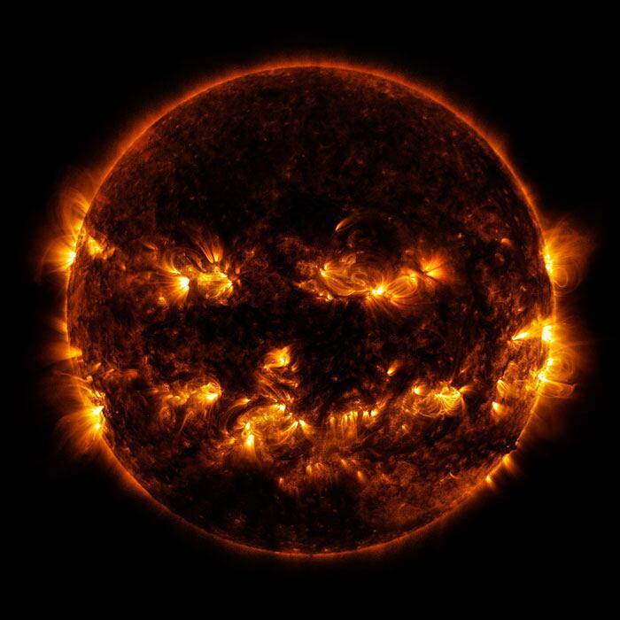 Foto del sole che sembra zucca di halloween NASA