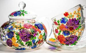Tazze e teiere di vetro dipinte a mano che sembrano opere d'arte