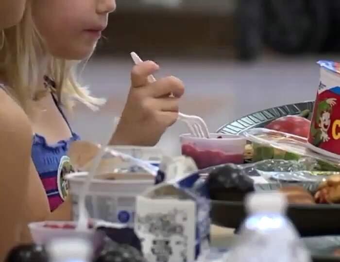 """Uomo paga i debiti mensa per tutti i bambini di 9 scuole: """"Nessun bambino deve conoscere la fame"""""""
