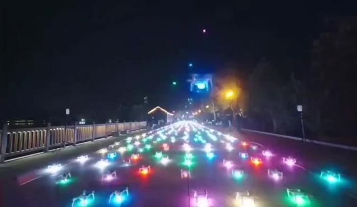 """Un """"aereo fantasma"""" formato da 800 droni è apparso nei cieli della Cina"""
