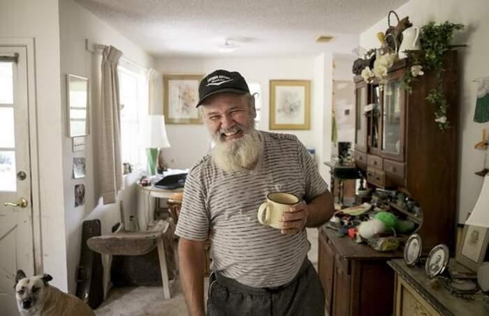 Riconoscono l'ex compagno di scuola diventato senzatetto da 20 anni e gli danno una casa