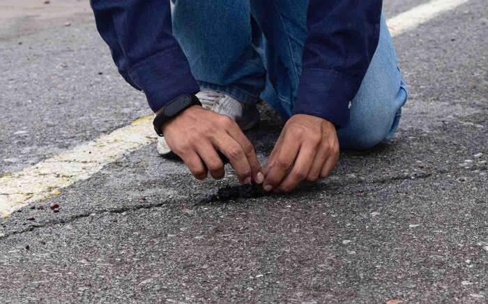 Studente inventa un asfalto fatto di pneumatici che si ripara da solo quando piove