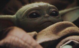 """Un baby Yoda di 50 anni è apparso in un episodio di """"The Mandalorian"""" e il pubblico è impazzito"""