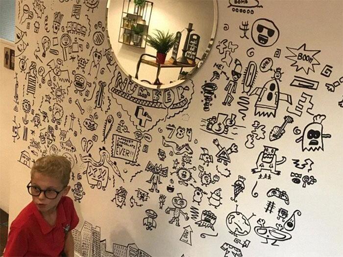 Bambino decora le pareti di un ristorante Joe Whale