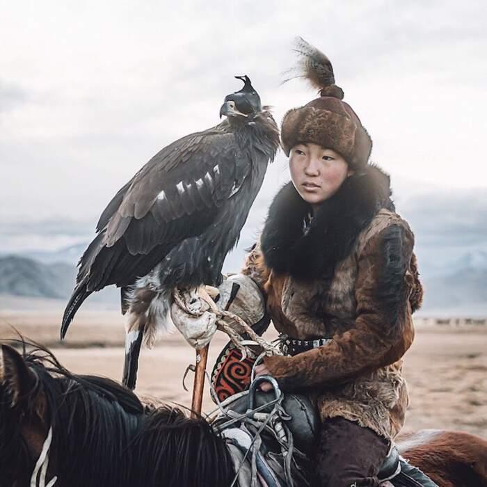 Fotografo cattura una delle ultime cacciatrici con le aquile