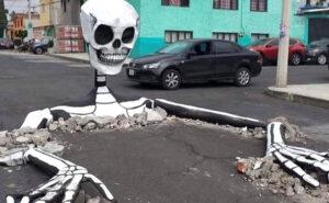 Scheletri giganti emergono dalle strade del Messico per il Día de Muertos