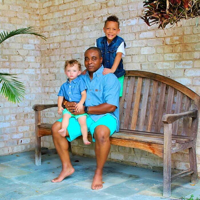 Famiglia di neri adotta bambino bianco