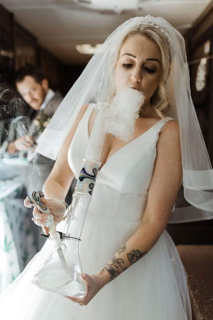 Matrimonio alla cannabis: sposi fumano erba dai loro bong alla cerimonia di nozze