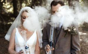 "Matrimonio alla cannabis: sposi fumano erba dai loro bong ""Sig. e Sig.ra"" alla cerimonia di nozze"
