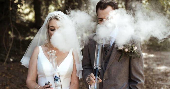 Matrimonio alla cannabis: sposi fumano erba dai loro bong
