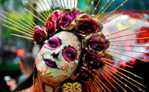 In Messico sfilano teschi e fiori colorati per celebrare il Giorno dei Morti