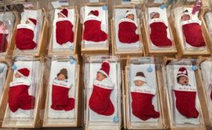 In questo ospedale i bambini nati a Dicembre vengono messi in una calza natalizia