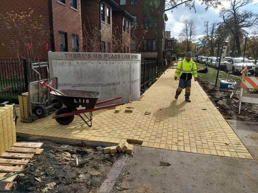 Strada di mattoni gialli in omaggio a L. Frank Baum Chicago