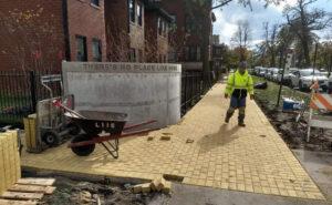 """Una strada di mattoni gialli a Chicago in omaggio all'autore de """"Il mago di Oz"""""""