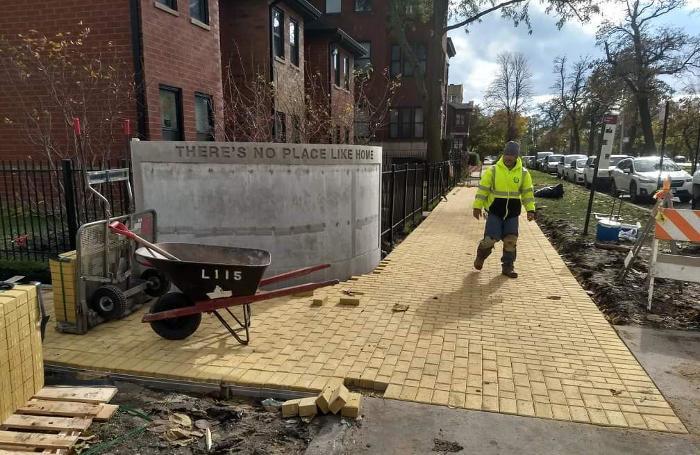 Una strada di mattoni gialli a Chicago in omaggio all'autore de
