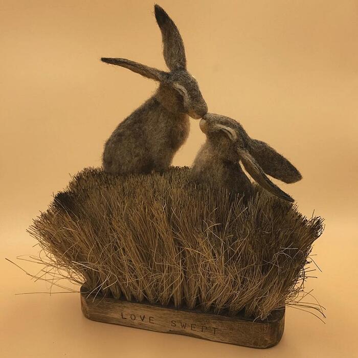 Vecchie spazzole diventano scenari fiabeschi per animali in feltro Simon Brown