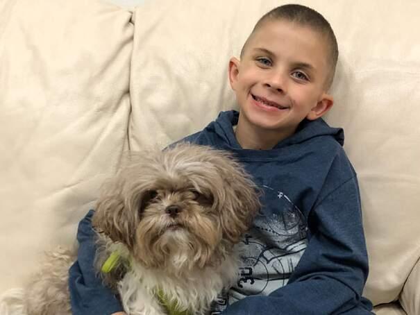 Bambini convincono la scuola ad adottare un cane da terapia, la storia fa vincere $100k al rifugio per animali