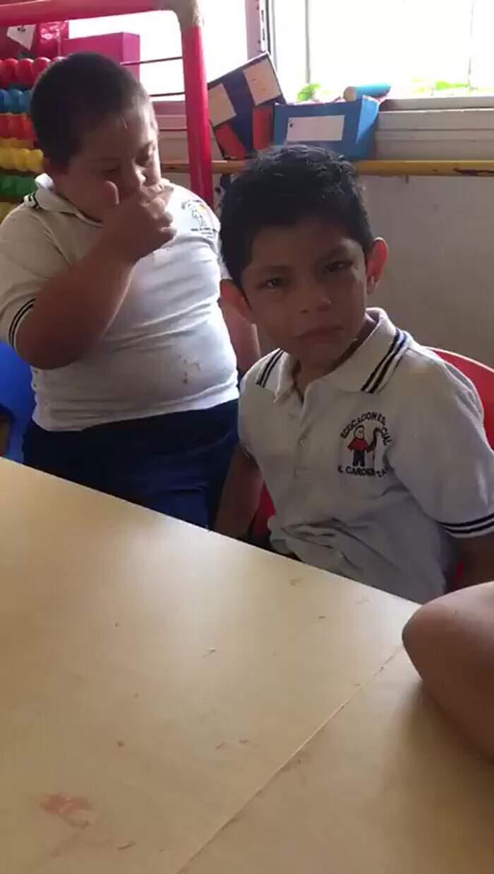 Bambino con sindrome di Down consola compagno di classe con autismo