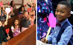Bambino porta tutta la classe d'asilo all'udienza per la sua adozione e la cerimonia è adorabile