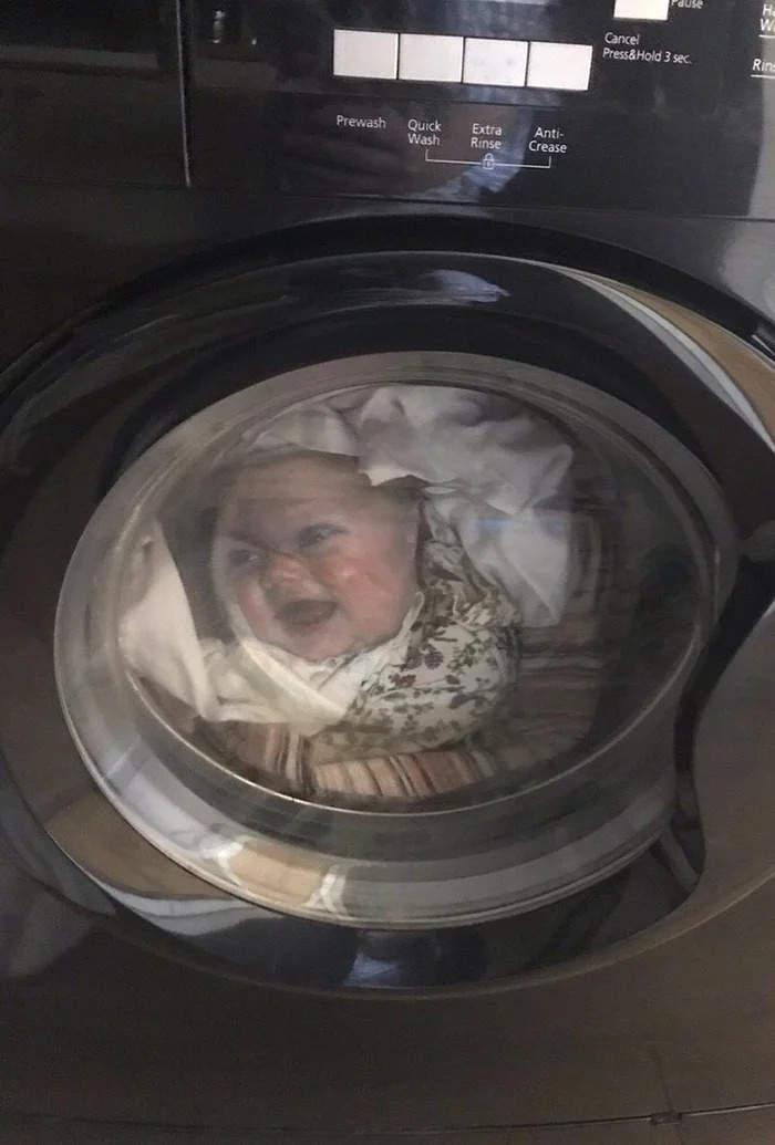 Papà terrorizzato vede suo figlio neonato nella lavatrice a metà ciclo, ma è una maglietta