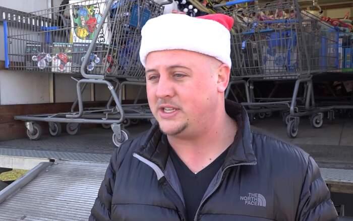 Uomo torna nel quartiere povero dove è cresciuto e regala 10.000 euro di giocattoli ai bambini