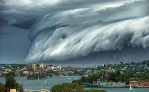 """Uno straordinario """"tsunami"""" di nuvole nel cielo di Sydney"""