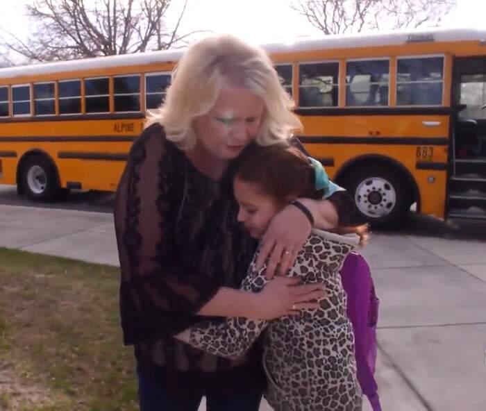 La conducente di scuolabus che tutte le mattine fa le trecce alla bambina che ha perso la madre