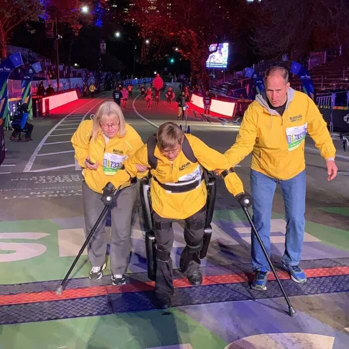 Donna paraplegica completa la maratona di New York con un esoscheletro robotico