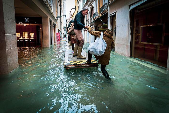 Fotografa passa ore nell'acqua per catturare la tragica bellezza di Venezia allagata