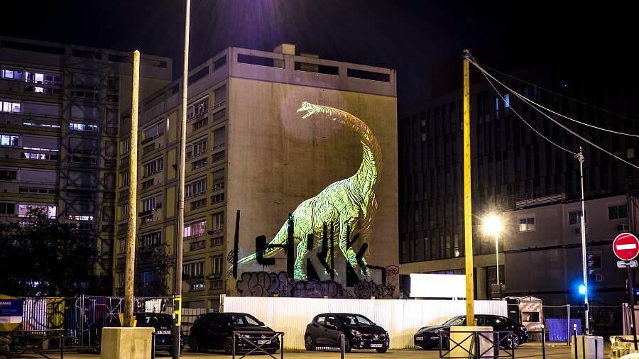 Giganteschi dinosauri per le strade di Parigi nelle proiezioni olografiche di Julien Nonnon