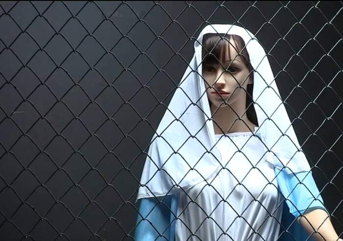 Un presepe con Gesù, Giuseppe e Maria in gabbie separate come rifugiati al confine