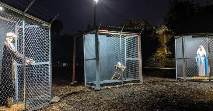 Prete fa un presepe con Gesù, Giuseppe e Maria in gabbie separati dalla polizia di confine