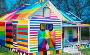 Animali colorati e forme geometriche trasformano una casa fatiscente nella street art di Okuda San Miguel