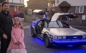 Papà crea una replica dell'auto di Ritorno al Futuro per portare i figli a scuola