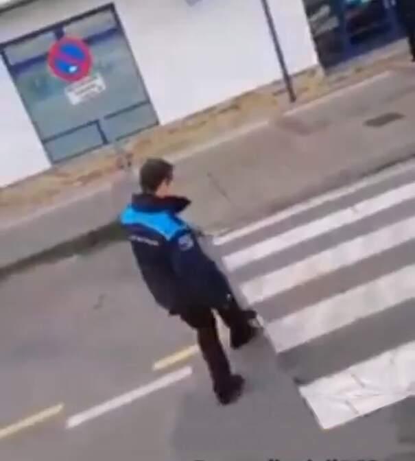 Agente di polizia locale sposta a calci un gatto appena investito ma ancora vivo per far passare le auto