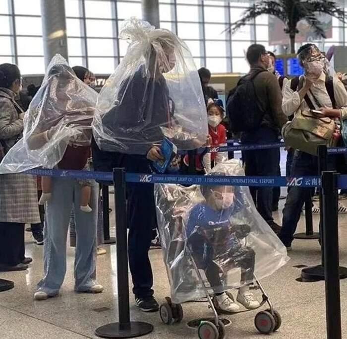 Viaggiatori impauriti indossano bottiglie di plastica come maschere contro il coronavirus (10 foto)