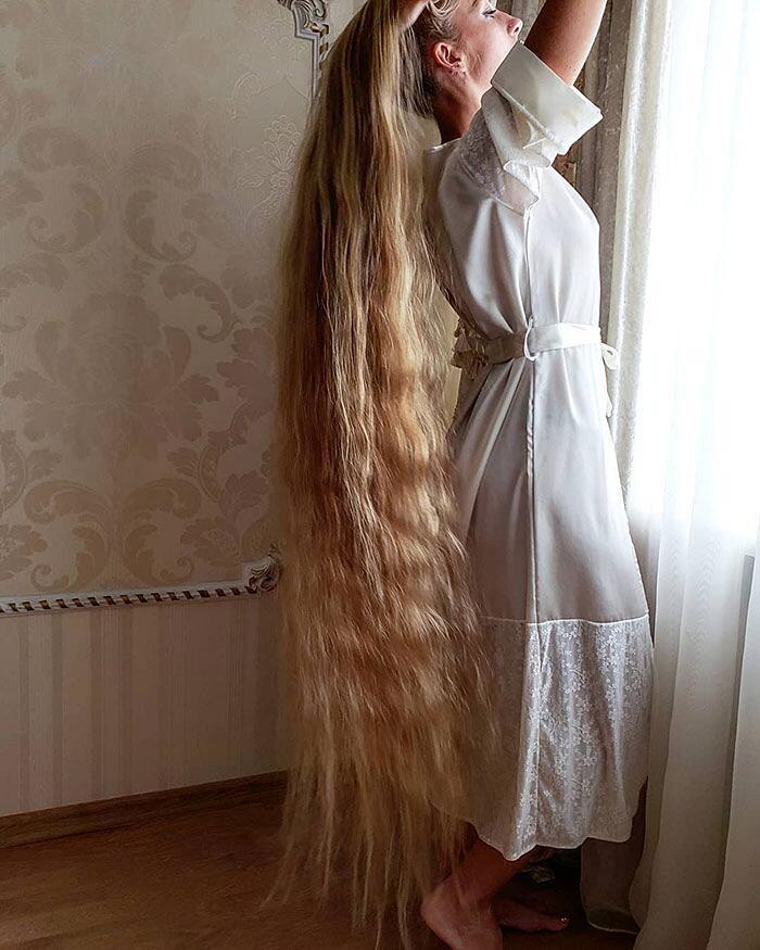 Non si taglia i capelli da quando aveva 5 anni. Oggi ne ha ...