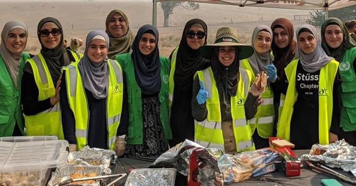 Donne musulmane portano 5 camion pieni di provviste e preparano pasti per i pompieri in Australia