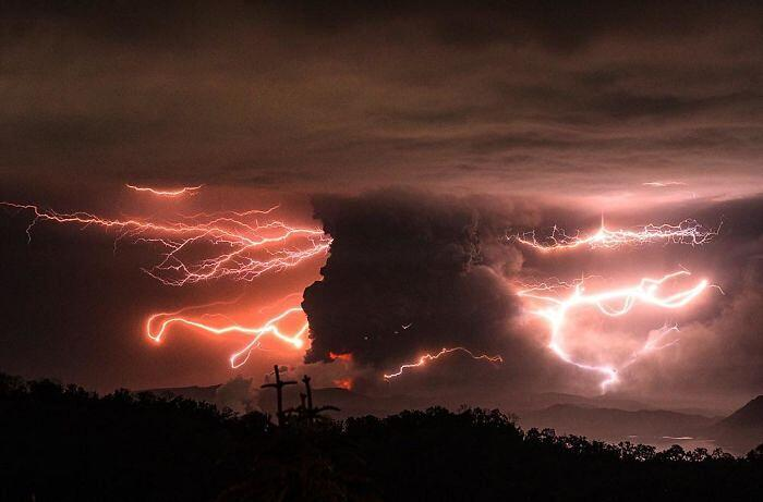 Foto eruzione vulcano Taal Filippine
