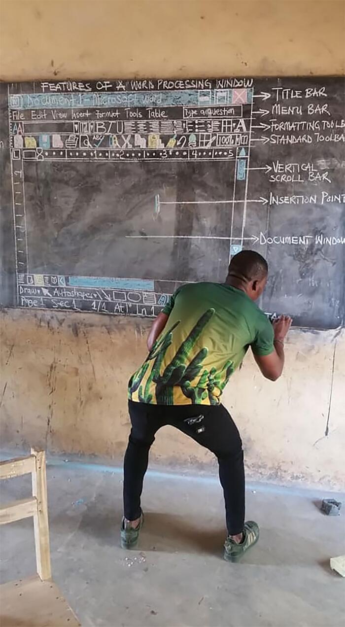 Insegna ad usare Microsoft Word disegnando sulla lavagna Ghana